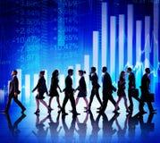 Hombres de negocios de las figuras financieras que caminan conceptos Fotografía de archivo libre de regalías