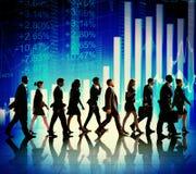 Hombres de negocios de las figuras financieras que caminan conceptos Imagenes de archivo