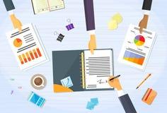 Hombres de negocios de las manos del papel financiero de la firma Imágenes de archivo libres de regalías