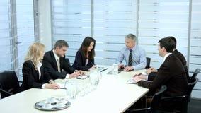 Hombres de negocios de las negociaciones almacen de metraje de vídeo