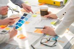 Hombres de negocios de los conceptos de diseño del intercambio de ideas de la reunión de reflexión Imagenes de archivo