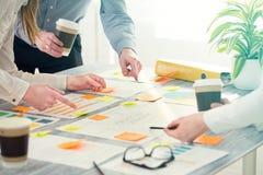 Hombres de negocios de los conceptos de diseño del intercambio de ideas de la reunión de reflexión fotografía de archivo