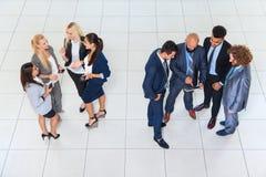 Hombres de negocios de los hombres y mujeres del grupo que colocan al colega separado Team Communication de los empresarios de la Imagen de archivo