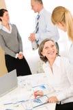 Hombres de negocios de los informes de revisión de la reunión de ventas Imagen de archivo