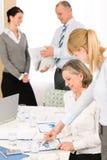 Hombres de negocios de los informes de revisión de la reunión de ventas Fotografía de archivo libre de regalías