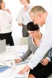 Hombres de negocios de los informes de revisión de la reunión de ventas Fotografía de archivo