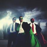 Hombres de negocios de los super héroes del traje del concepto del poder Imagenes de archivo