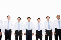 Hombres de negocios de mirada similares en fila Fotografía de archivo
