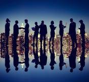Hombres de negocios de Nueva York de la noche del concepto de la silueta Foto de archivo