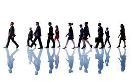 Hombres de negocios de Team Concept que camina corporativo Fotografía de archivo libre de regalías