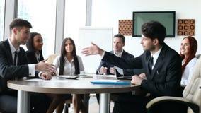 Hombres de negocios del aplauso en la reunión