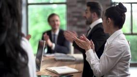 Hombres de negocios del applaude en la reunión de la oficina almacen de video