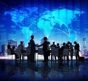 Hombres de negocios del apretón de manos global de la ciudad del concepto corporativo de las finanzas Fotos de archivo libres de regalías