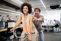 Hombres de negocios del buen trabajo en equipo en oficina Concepto de encuentro acertado del lugar de trabajo del trabajo en equi fotografía de archivo