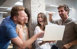 Hombres de negocios del buen trabajo en equipo en oficina Concepto de encuentro acertado del lugar de trabajo del trabajo en equi fotos de archivo libres de regalías