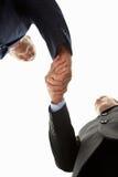 Hombres de negocios del detalle que sacuden las manos Fotografía de archivo libre de regalías