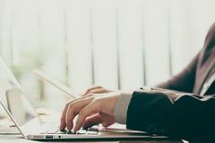 Hombres de negocios del encuentro (vin procesado imagen filtrado imagen de archivo