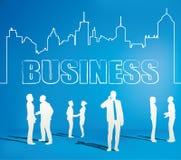 Hombres de negocios del equipo con la línea de ciudad Imagen de archivo