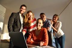 Hombres de negocios del equipo en la reunión imagen de archivo