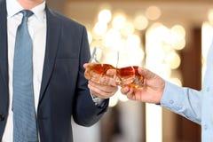 Hombres de negocios del evento del día de fiesta que se animan con el whisky Fotografía de archivo libre de regalías