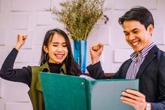 Hombres de negocios del fichero de tenencia a hablar y a sonreír feliz en el trabajo con concepto cada vez mayor del negocio del  fotos de archivo libres de regalías