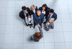Hombres de negocios del grupo de Boss Hand Shake Welcome del gesto de la opinión de ángulo superior, empresarios Team Handshake Imagen de archivo libre de regalías