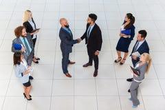 Hombres de negocios del grupo de Boss Hand Shake Welcome del gesto de la opinión de ángulo superior, empresarios Team Handshake S Fotos de archivo libres de regalías