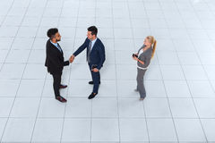 Hombres de negocios del grupo de Boss Hand Shake Welcome del gesto de la opinión de ángulo superior, empresarios Team Handshake Imagen de archivo