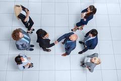 Hombres de negocios del grupo de Boss Hand Shake Welcome del gesto de la opinión de ángulo superior, empresarios Team Handshake fotografía de archivo