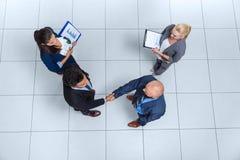 Hombres de negocios del grupo de Boss Hand Shake Welcome del gesto de la opinión de ángulo superior, empresarios Team Handshake foto de archivo