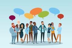 Hombres de negocios del grupo de la charla de la burbuja de la comunicación, empresarios que discuten la red social Foto de archivo