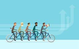 Hombres de negocios del grupo del montar a caballo del trabajo en equipo de la bici Fotos de archivo