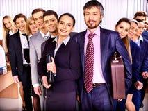 Hombres de negocios del grupo en oficina. Imagenes de archivo