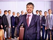 Hombres de negocios del grupo en oficina Foto de archivo