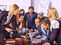 Hombres de negocios del grupo en oficina Foto de archivo libre de regalías
