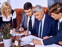 Hombres de negocios del grupo en oficina fotografía de archivo libre de regalías