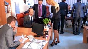 Hombres de negocios del grupo en oficina Sistema usado del carro almacen de metraje de vídeo