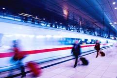 Hombres de negocios del movimiento en la estación de tren de la hora punta Imagen de archivo libre de regalías