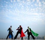 Hombres de negocios del super héroe delante de New York City Fotos de archivo