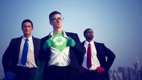 Hombres de negocios del super héroe que luchan para el ambiente Foto de archivo libre de regalías