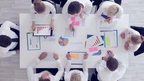 Hombres de negocios del trabajo con estadísticas