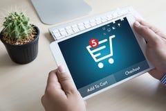 Hombres de negocios del uso de la tecnología de Internet Marketi global del comercio electrónico imágenes de archivo libres de regalías