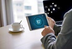Hombres de negocios del uso de la tecnología de Internet Marketi global del comercio electrónico Fotografía de archivo libre de regalías