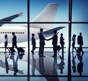 Hombres de negocios del viaje del apretón de manos de los conceptos del aeropuerto Imagen de archivo