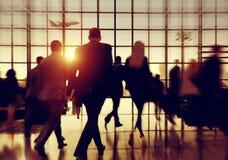 Hombres de negocios del viajero del viaje del concepto corporativo del aeropuerto Foto de archivo libre de regalías