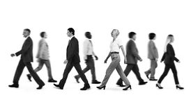 Hombres de negocios del viajero que camina del concepto de la hora punta Imagenes de archivo