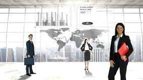 Hombres de negocios delante de un mapa del mundo metrajes