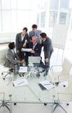 Hombres de negocios diversos que estudian un informe de ventas Fotografía de archivo