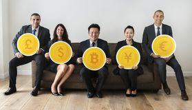 Hombres de negocios diversos que llevan a cabo iconos de la moneda ilustración del vector