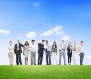Hombres de negocios diversos que trabajan al aire libre imagenes de archivo
